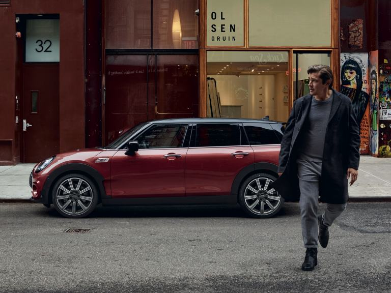 MINI Clubman – red and black – side view